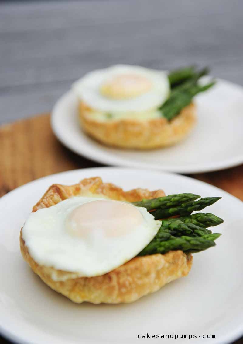 Little pie with green asparagus, hollandaise sauce and quail egg