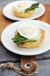 taartje-met-groene-asperges-saus-en-eitje